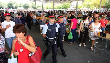 Dos mossos d'esquadra patrullaven ahir pel mercat setmanal de Pardinyes.