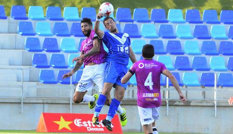 Trilles salta amb un jugador del Badalona, davant de la mirada de Lázaro.