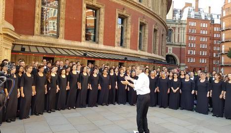 L'Orfeó Català i el Cor de Cambra del Palau, dissabte, davant del Royal Albert Hall de Londres.