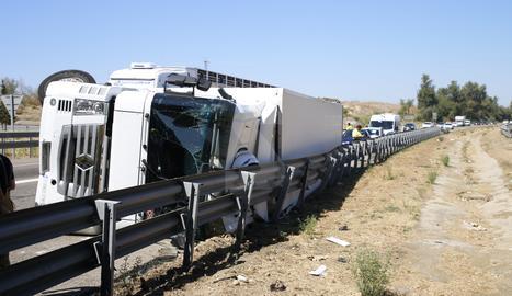 El camió bolcat aquest dilluns al matí a l'A-2 a Lleida.