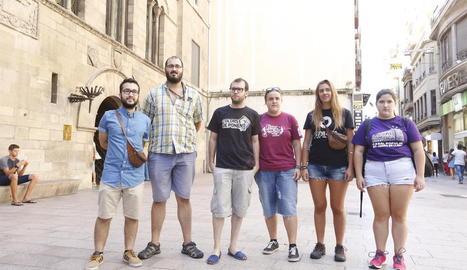 Representants de La Sirollada, ahir davant de la Paeria.