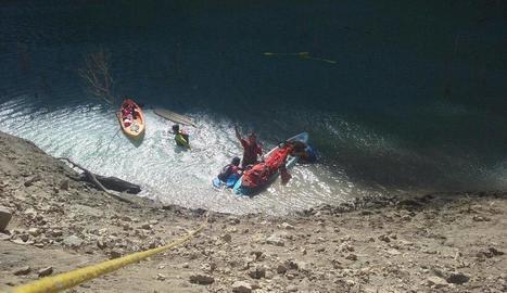 Imatge del rescat diumenge de l'excursionista ferit després de caure al riu a Mont-rebei.
