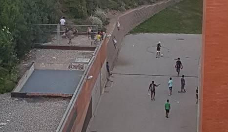 Al cercle, nens escalant el mur de la plaça de l'Escorxador.