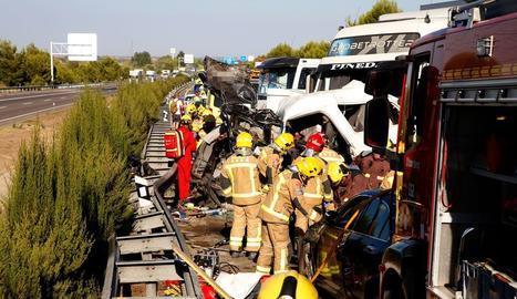 Efectius d'emergències auxiliant les persones atrapades als vehicles implicats en una col·lisió a l'A-2 a Lleida.