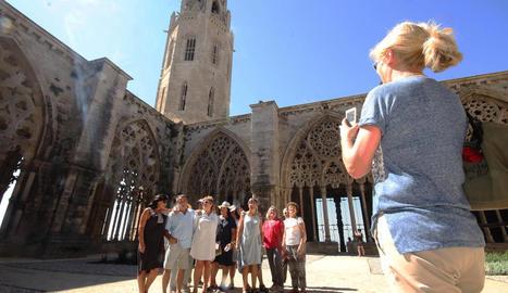 Els grups de visitants no dubtaven ahir a fotografiar-se al claustre i altres llocs emblemàtics del monument.