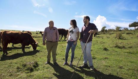 Tomàs Gordó i els seus fills, Laura i Miquel, constitueixen la quarta generació dedicada a la ramaderia ecològica a Cal Tomàs de la Pobla.