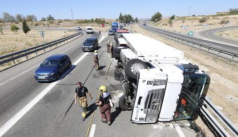 El camió bolcat dilluns a l'autovia a Lleida, sis hores abans de la col·lisió múltiple.