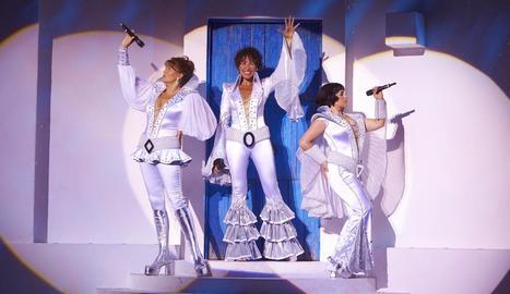 La cantant Nina, al centre, en el musical 'Mamma mia!'.