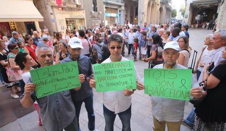 Musulmans de Lleida concentrats dilluns a la plaça Paeria per condemnar els atemptats.