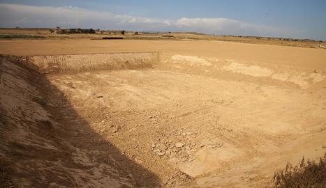 Els terrenys on s'han iniciat moviments de terra per a la planta d'Ossó, ahir sense obres.