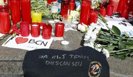 Els Mossos van dipositar ahir aquest lema a la zona d'homenatge a les víctimes de la tragèdia a la Rambla.