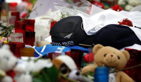 Una gorra de la Guàrdia Urbana de Barcelona entre les ofrenes a la Rambla per les víctimes de l'atemptat.