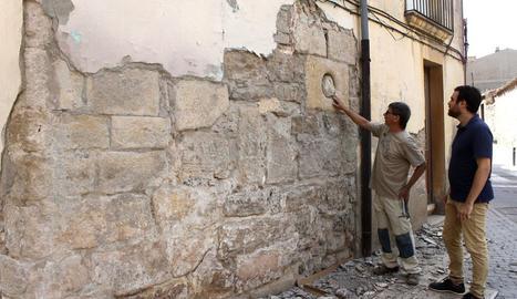 L'arqueòleg municipal, Oriol Saula, i el regidor de Cultura, Raül Palacios, al costat de restes de la torre.