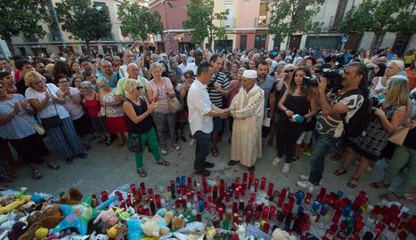 Javier Martínez, el padre del pequeño de 3 años fallecido, se da la mano con el imán suplente.