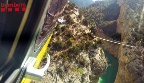 Imatge de l'helicòpter atansant-se ahir a Mont-rebei per rescatar un jove indisposat.