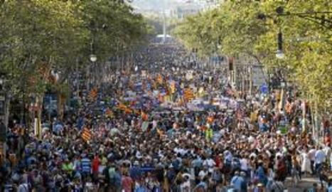 Representants dels cossos de seguretat i entitats encapçalen la manifestació de Barcelona