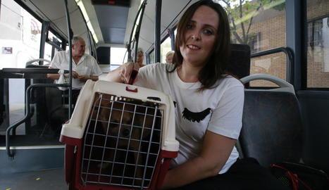 Betty, amb el seu gos Chimi, ahir en un autobús a Lleida.