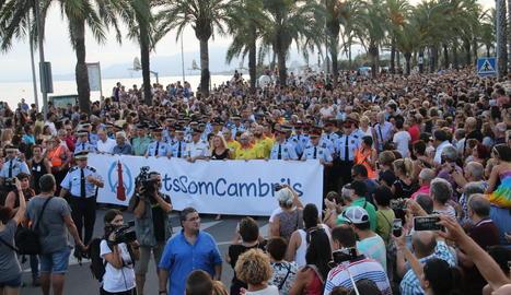 Les forces de seguretat i els serveis d'emergència van encapçalar la manifestació, que va desbordar el passeig marítim de Cambrils per la gran afluència de persones.