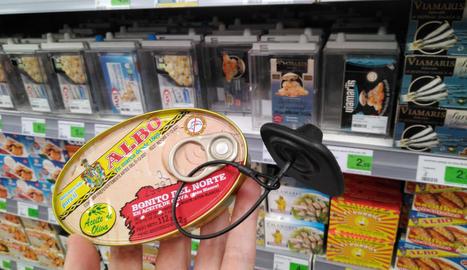 Productes variats amb pany i clau - Els supermercats utilitzen diferents sistemes per evitar els furts, com ara tancar certs productes en caixes de metacrilat, directament en armaris o posar-los vistoses alarmes. Així ho fan des de fa temps amb el ...
