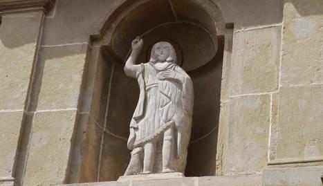 L'escultura de sant Joan ja llueix a la façana de l'església.