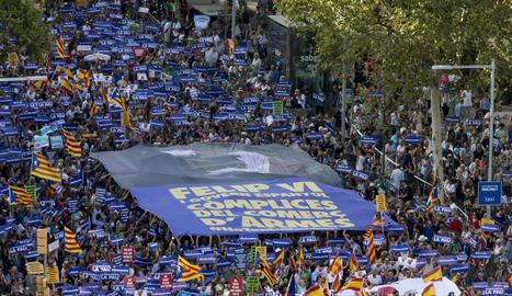Imatge de la manifestació de dissabte a Barcelona, amb una gran pancarta contra el rei.