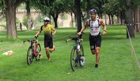 Dos triatletes, durant el circuit d'ahir a Balaguer.