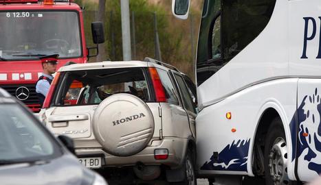 Vista del totterreny, en el qual viatjaven les cinc víctimes, després de xocar amb l'autocar ahir a Salou.
