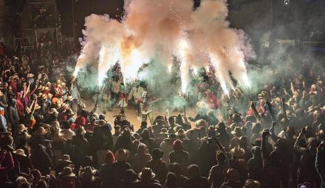 Els correfocs van omplir de foc i color els diferents espais de celebració del centre històric de la ciutat durant la nit de dissabte a diumenge.