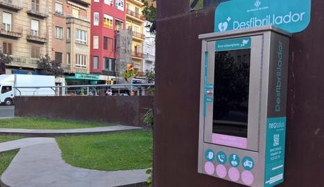 Un desfibril·lador a la plaça Ricard Viñes.