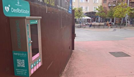 Vista del desfibril·lador instal·lat fa uns mesos a la plaça Ricard Viñes de Lleida.
