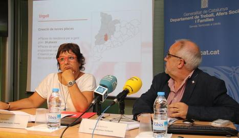 La consellera Dolors Bassa, ahir al costat del director de Treball a Lleida, Joan Santacana, durant la presentació.