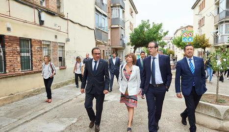 Un moment de la visita d'autoritats als blocs Sant Isidori de Mollerussa.