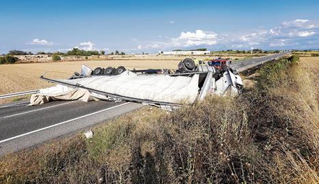 El camió va bolcar sobre l'N-240 al seu pas per Juneda i va tallar la carretera durant hores.