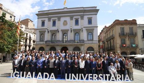 Foto de família a la plaça de l'Ajuntament d'Igualada després de la presentació del projecte, presidida per Carles Puigdemont.
