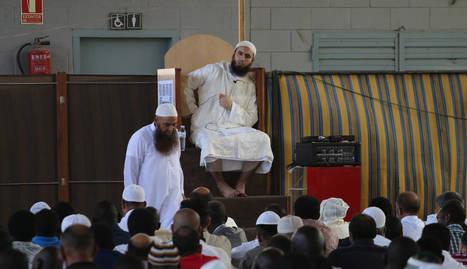 L'imam Raichid Tisaid, durant el rés del migdia d'ahir al Palau de Vidre.