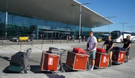 viatjar. A l'aeroport del Prat, a punt per volar molt lluny de casa.