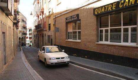 Un cotxe circulant per Tallada en direcció a Cavallers, el sentit actual d'aquesta via del Barri Antic.