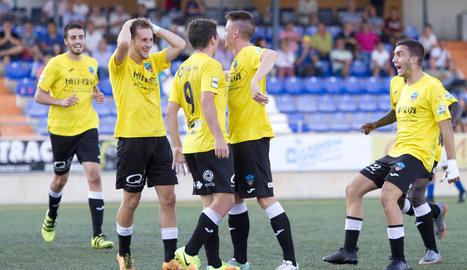 Els jugadors del Lleida Esportiu B celebren la victòria aconseguida en el partit d'ahir.