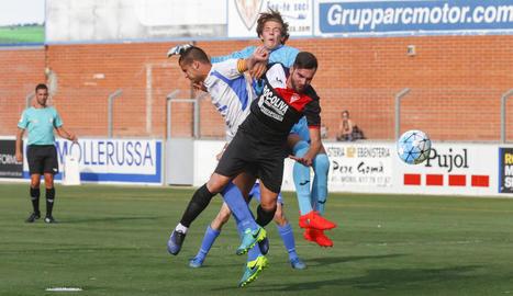 El porter i un defensa del Linyola pugnen la possessió amb un jugador del Mollerussa.