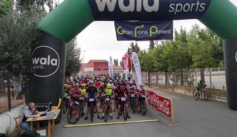 Moment de la sortida de la Gran Fons Ponent, disputada ahir a Almenar.
