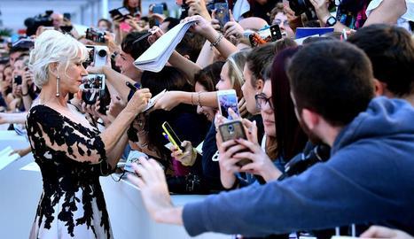 L'actriu Helen Mirren firmant autògrafs a l'arribar a l'estrena de 'The Leisure Seeker'.