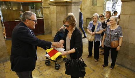 L'alcalde, Àngel Ros, ahir en el repartiment de senyeres gratuïtes que fa cada any la Paeria.