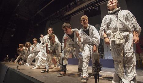 Alguns dels joves actors participants en la Nit del Teatre Viu de l'edició de la Isagoge del 2016.