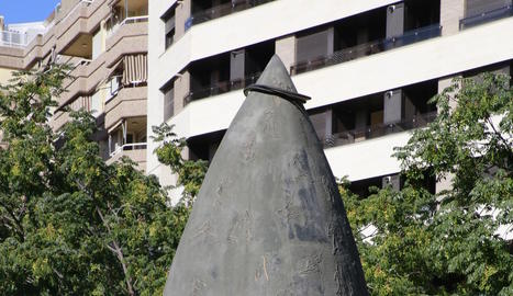 Imatge de l'escultura amb les rodes al vèrtex superior.