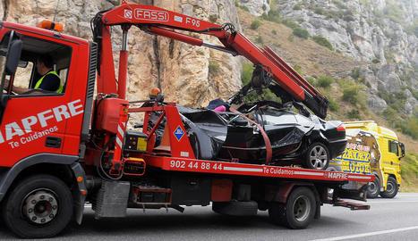 Estat en el qual va quedar el turisme que ahir va xocar contra un camió a Burgos.