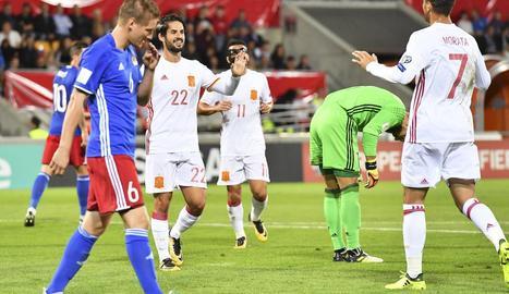 Isco i Morata celebren el tercer gol de la selecció espanyola davant la feble Liechtenstein.
