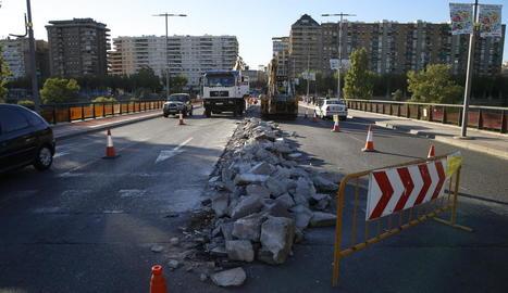 Conclou la demolició de la mitjana del pont de la Universitat
