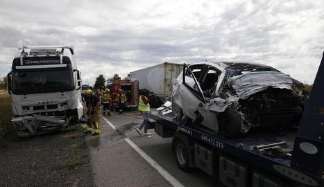El cotxe de la víctima, pujat a la grua, i en segon terme el camió implicat en l'accident.
