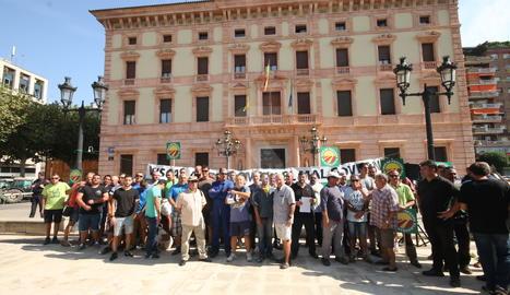 La concentració d'agricultors davant de la subdelegació del Govern.