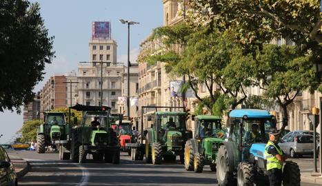 Una quinzena de tractors han tallat el trànsit a la Rambla Ferran de Lleida.